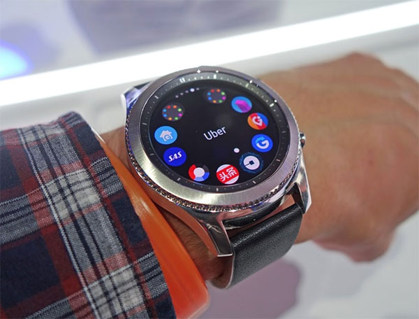 Samsung Classic Gear S3 на руке