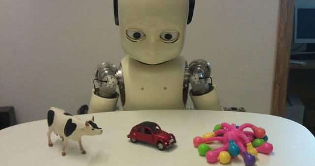 Робот-ребенок iCub помогает исследовать технику раннего обучения детей