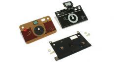 Тонкая технологичная цифровая камера в корпусе из картона