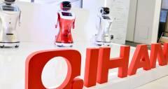 Sanbot — человекоподобный робот с плавниками пингвина и сердцем на тачскрине